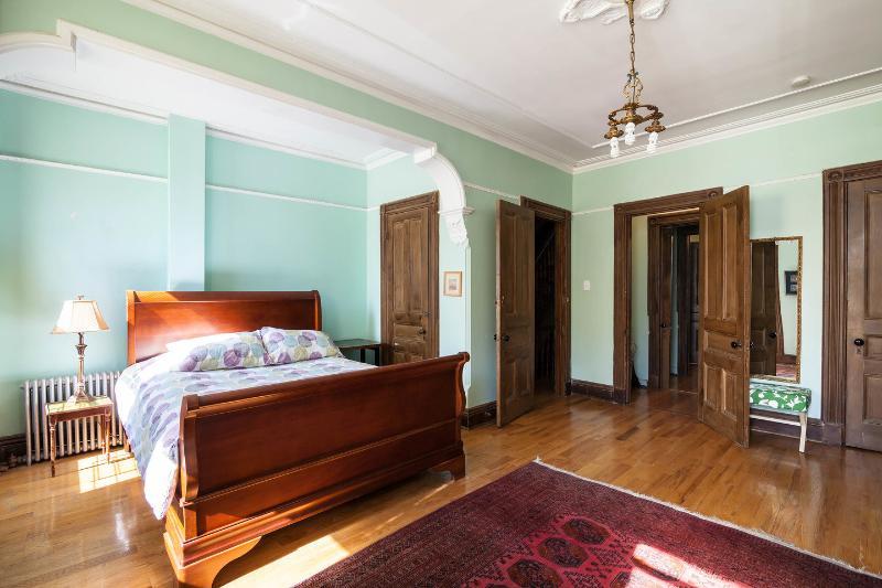 The Queen Bedroom No .1