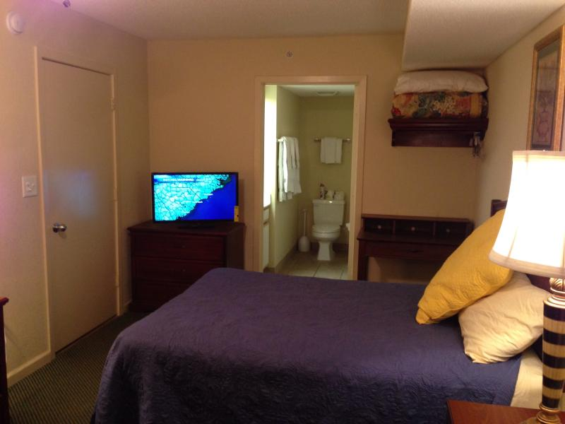 Guest bedroom with 2 queen-size beds and a brand new 32' flat LED TV
