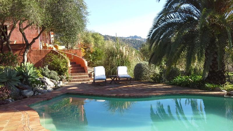 Romantic retreat with fantastic view,pool and WIFI, location de vacances à Jimena de la Frontera