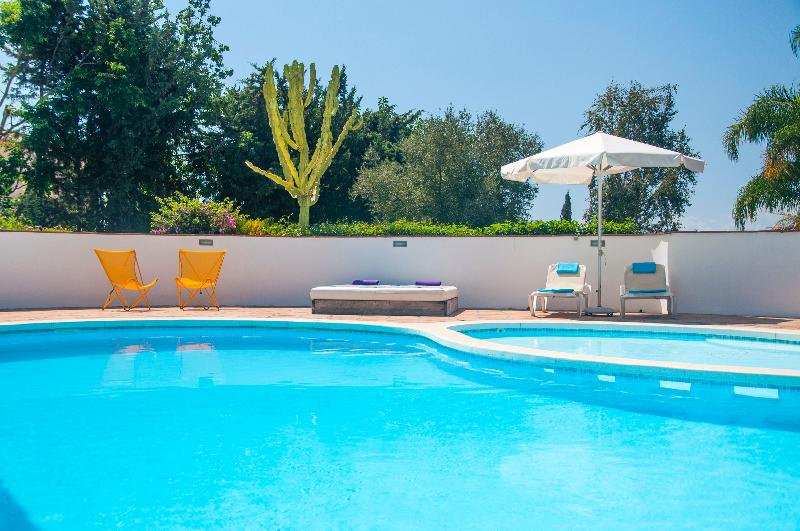 Pools with sun chairs, sun loungers and sun beds