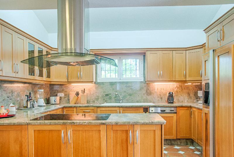 Modern and bright fully equipped gourmet kitchen