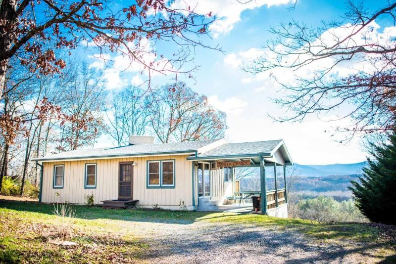 Vista Grande - gorgeous views / pet friendly, holiday rental in Luray