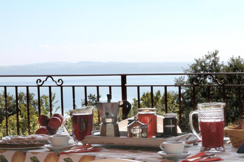 colazione vista lago