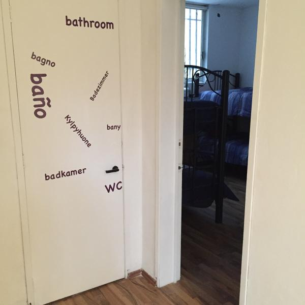 La salle de bain est partagée, mais toujours reste propre et offre que vous shampooing revitalisant et serviette