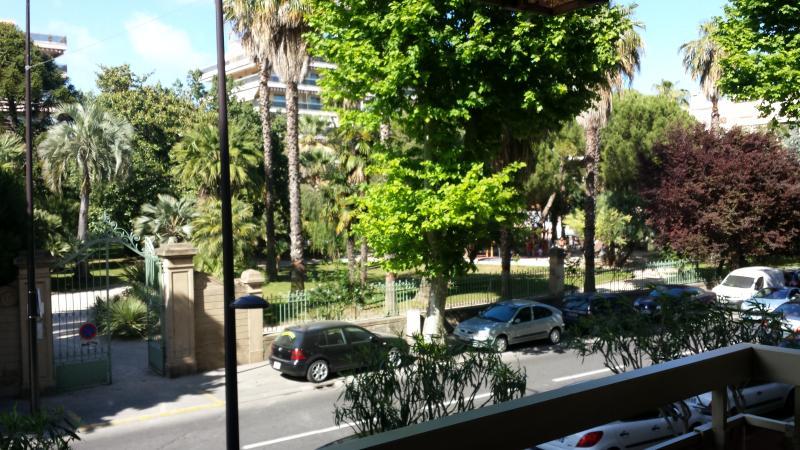 Appartement vue jardin à 150 metres de la plage, holiday rental in Juan-les-Pins
