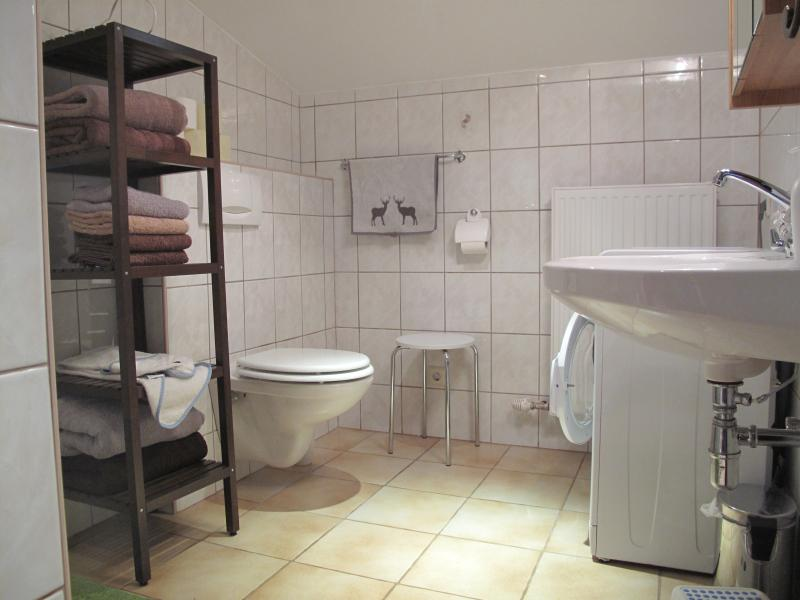 Powerful and hot shower and washing machine in the large shower room. Towels and bedding included.