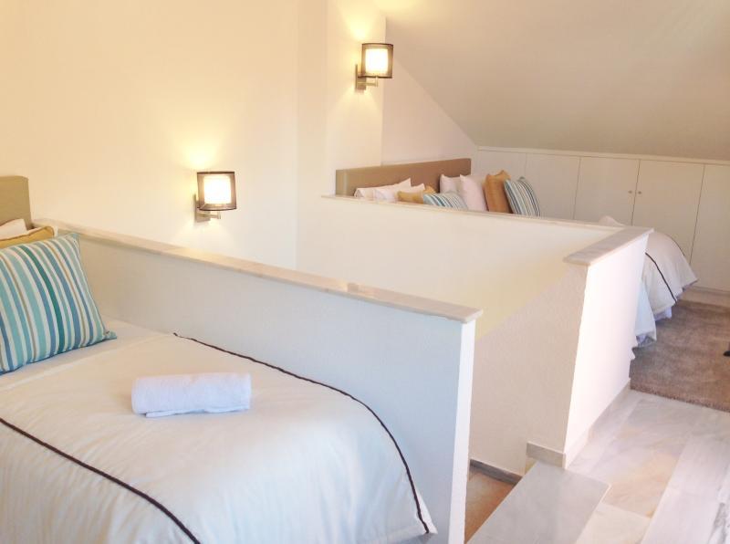 Terceiro quarto com quatro camas de solteiro (ou pode ser feita em duas camas de casal) e porta para terraço