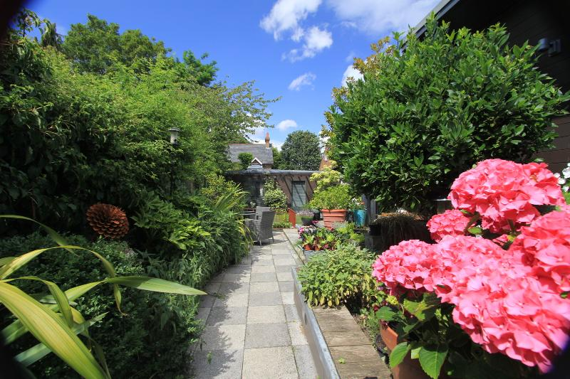 Luxury Home: Ideal for Couples in Henfield Village: View onto Wall Garden, Ferienwohnung in Henfield