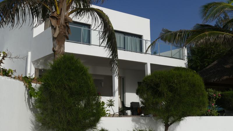 maison bord de mer, 4 personnes, deux chambres, aluguéis de temporada em Mbour