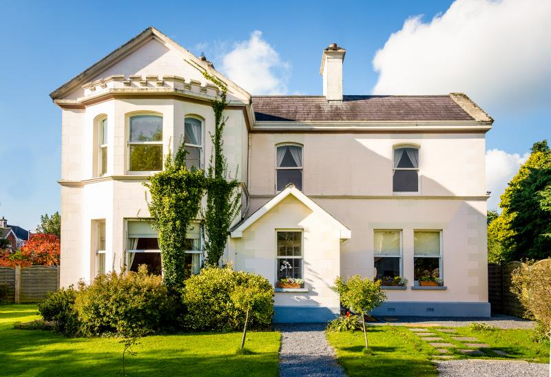 banbahouse-galwaymanorhouse sleeps 2-26 . ask for quote., vacation rental in Kilcornan