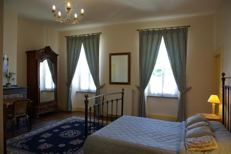 Cours St Jacques main room with queen size bed (160cm)