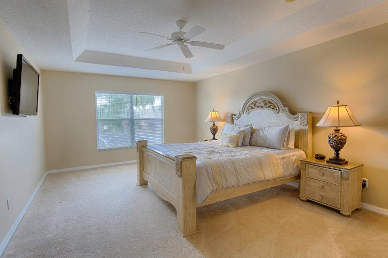 Huge master bedroom with en-suite and 47' wall mounted tv