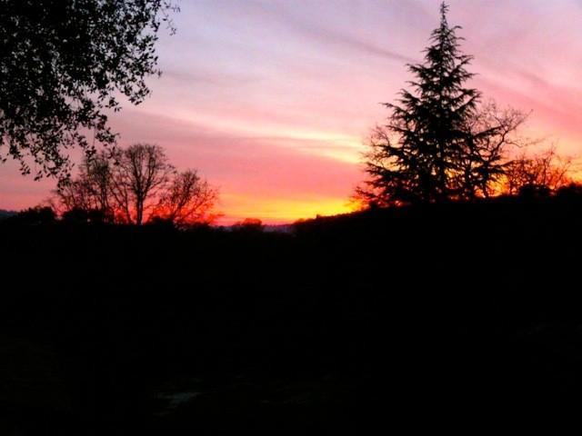 Se há nuvens no céu que você pode contar com um belo pôr do sol partir o baralho de volta todas as noites.