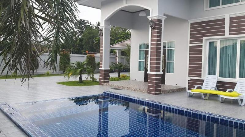 Bellissima piscina con giochi d'acqua