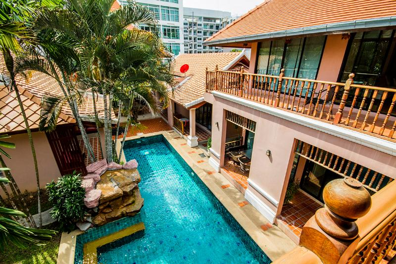 Tamnak villa 10 beds near walking street, holiday rental in Pattaya