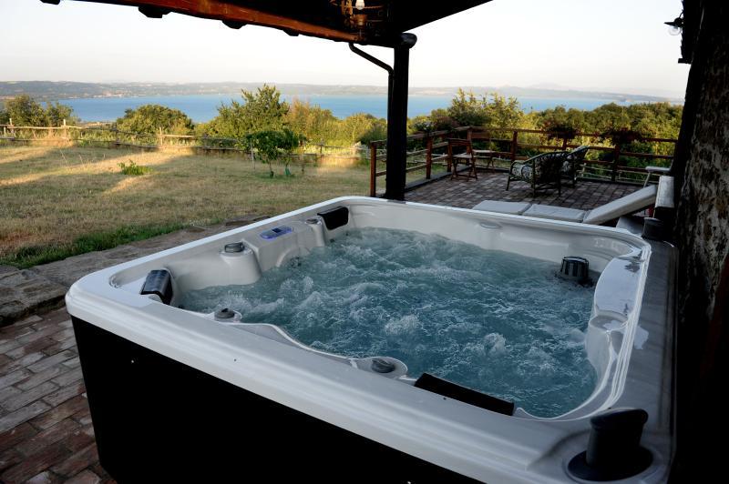 Casale sul Lago di Bolsena, piscina privata e Jacuzzi, casa vacanza a Latera