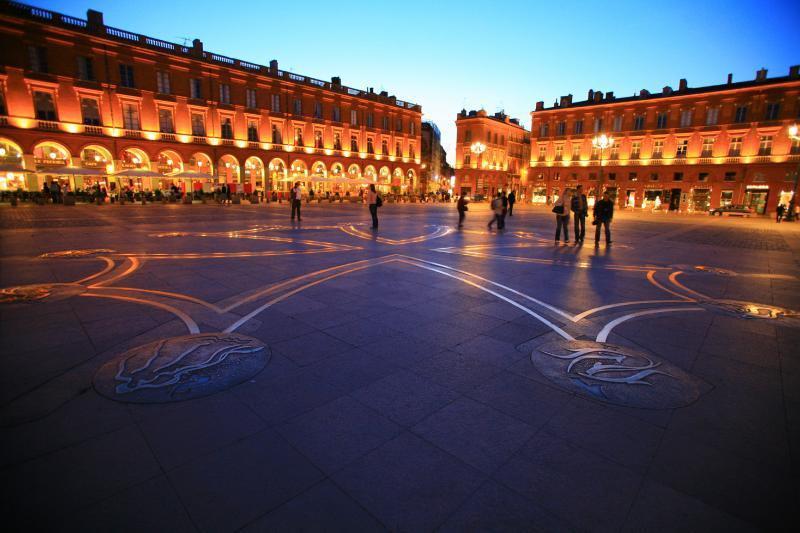 Place du Capitole (5 min walk)