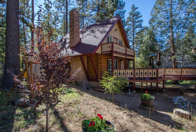 Lodge on San Jacinto, A/C, Hot Tub and Dog Friendly!, alquiler de vacaciones en Idyllwild