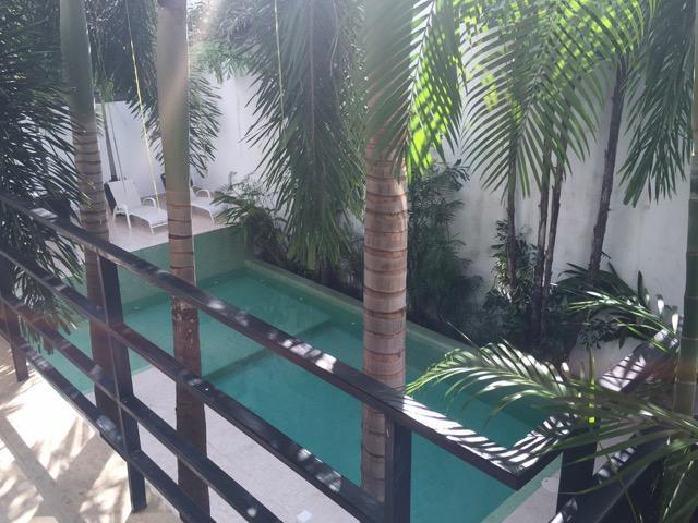 vue sur la piscine extérieure du balcon