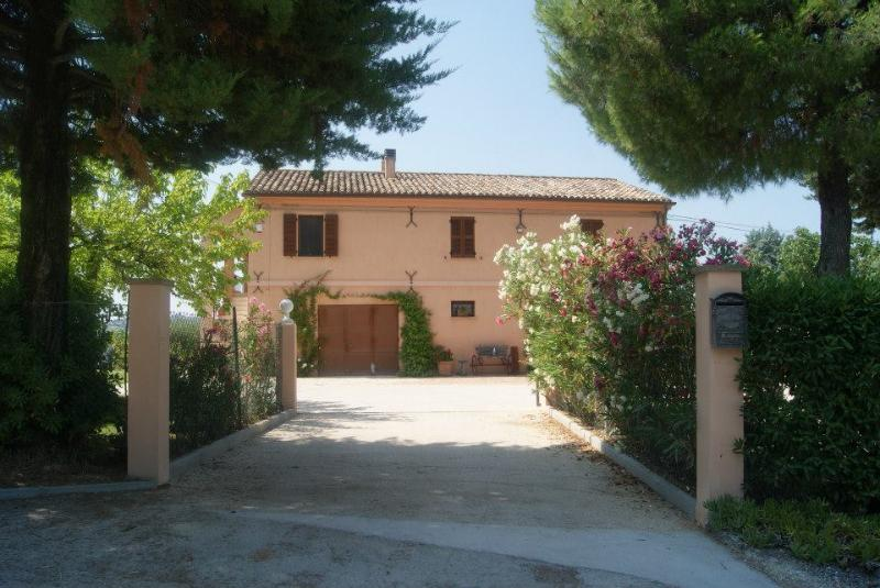 Family villa. Rural setting. Spectacular pool. Near sandy beach., vacation rental in Province of Ancona