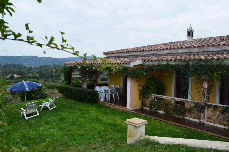 casa vacanze con giardino,parcheggio  e barbecue, vacation rental in La Caletta