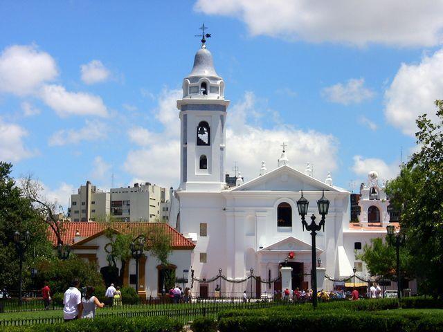 Caminando desde el apartamento llegas a Plaza Francia. Iglesia del Pilar.