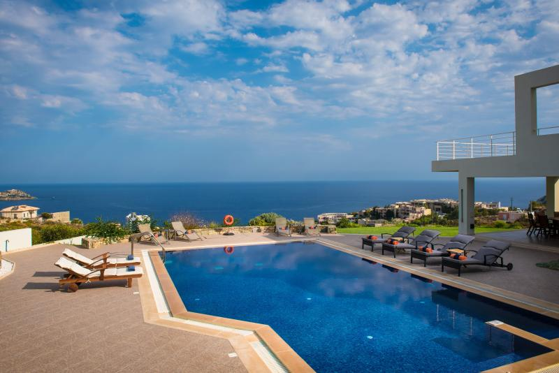 Luxury Villa Aspalathos with 65sqm Pool★ 700m to the Beach★ 1 km to Restaurant, vacation rental in Agia Pelagia