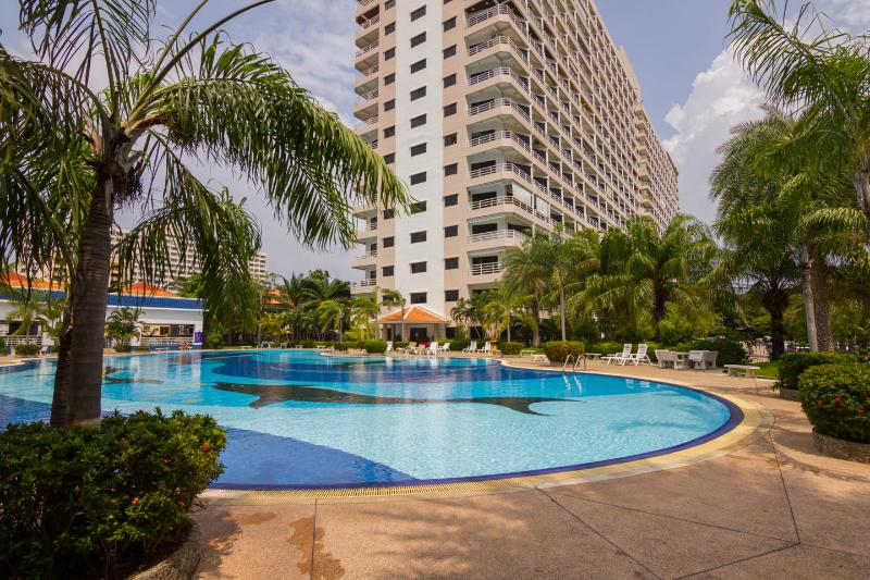 Stunning Studio Apt - FREE WiFi, Cable TV and Access to a Huge Swimming Pool., holiday rental in Pattaya