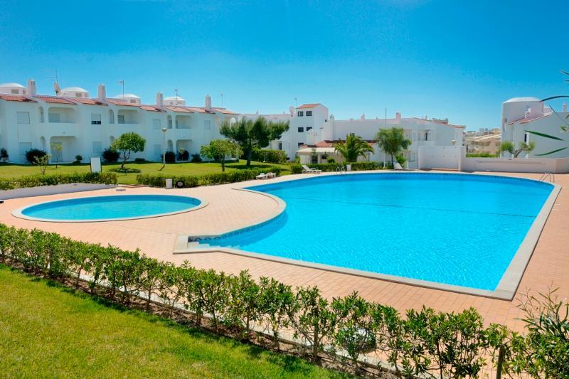 Brandy White Apartment, Armacao de Pera, Algarve, vacation rental in Armacao de Pera