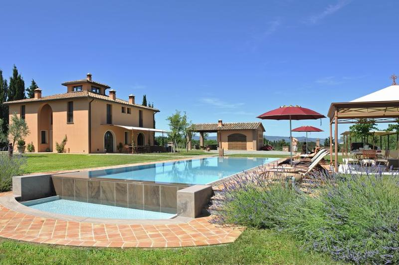 Luxury villa in the heart of Tuscany, A/C, swimming pool with jacuzzi, garden, holiday rental in Montelopio