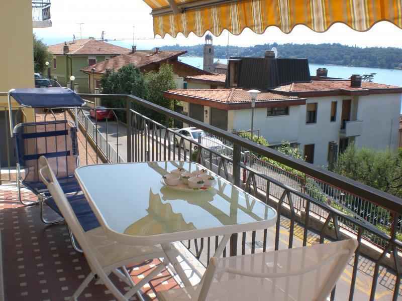 Private furnished balcony with great Essence Apt vista del lago