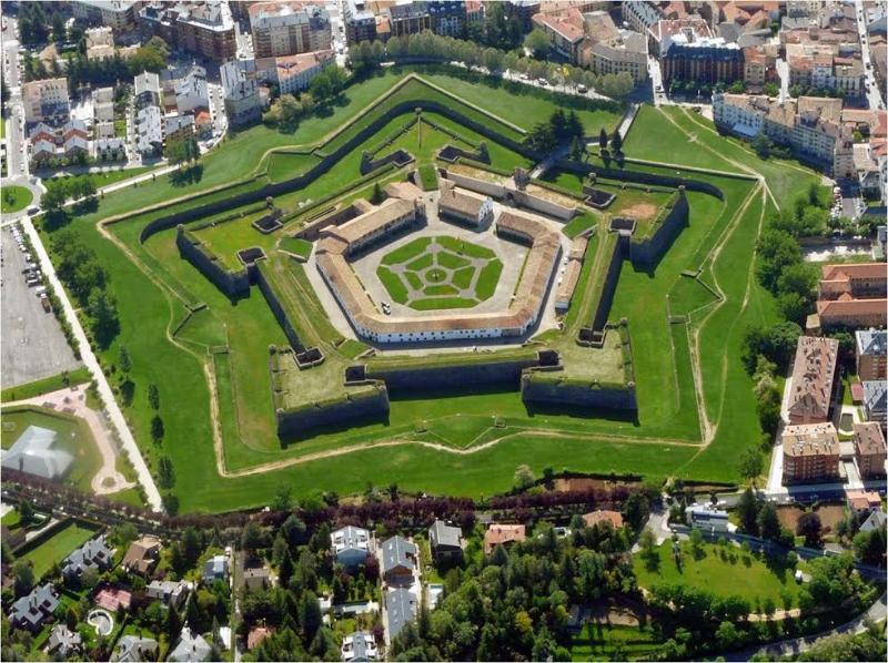 Ciudadela de Jaca. Fortificación del siglo XV. Visita su interior y su fabuloso museo de miniaturas.