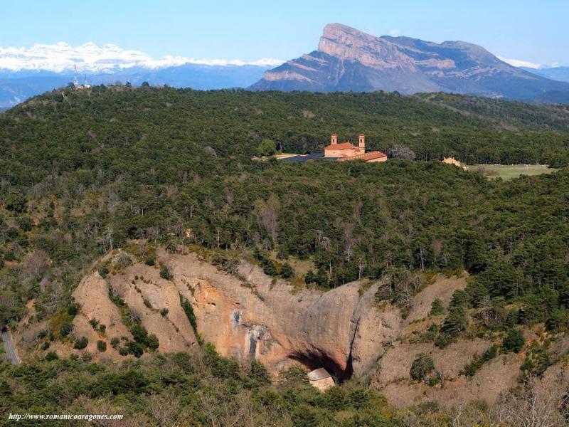 Monasterio San Juan de la Peña a 23 Km. con las vista del Monasterio nuevo y viejo. Al fondo Oroel