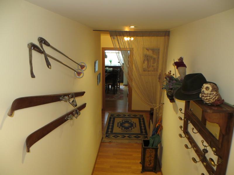 Recibidor decorado con motivos de esquí.