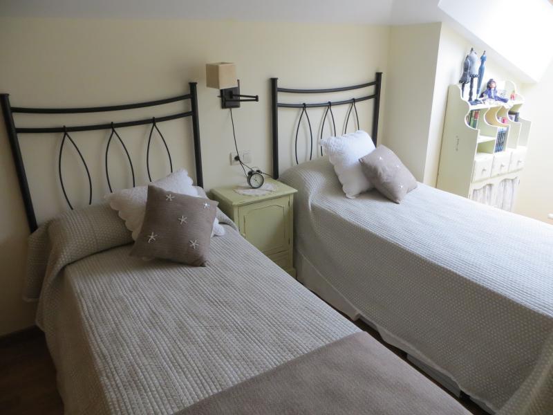 Tercer dormitorio con dos camas. Una de ellas se eleva y se hace litera doble. Tres camas.