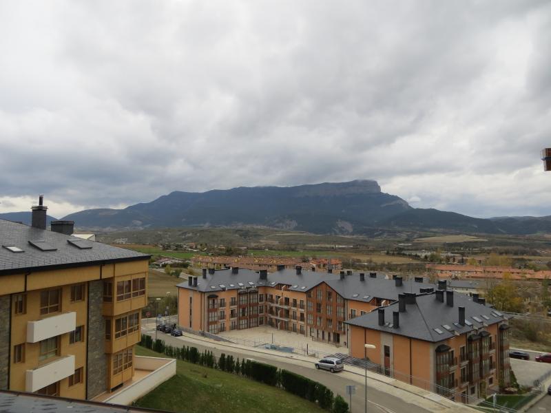 Vista desde la terraza a Peña Oroel y urbanización.