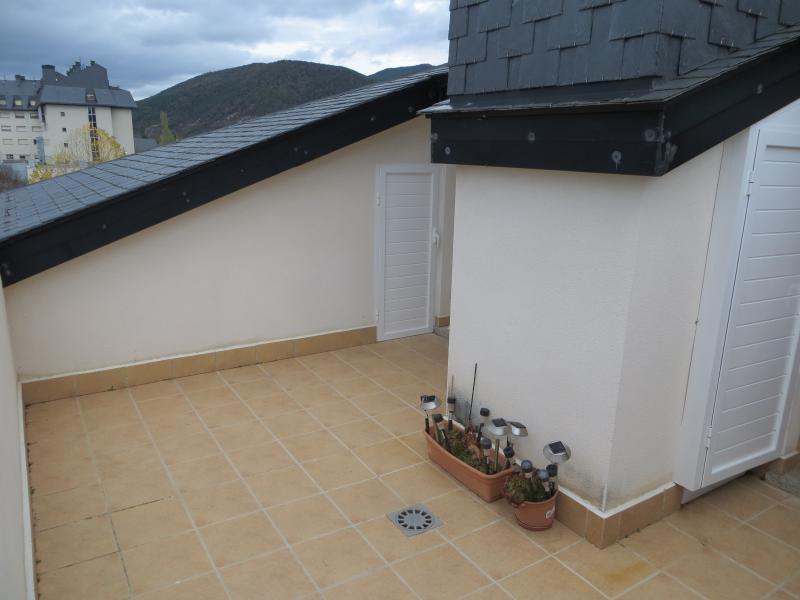 Terraza con cuarto trastero y armario con lavadora, caldera y toma de agua con manguera.
