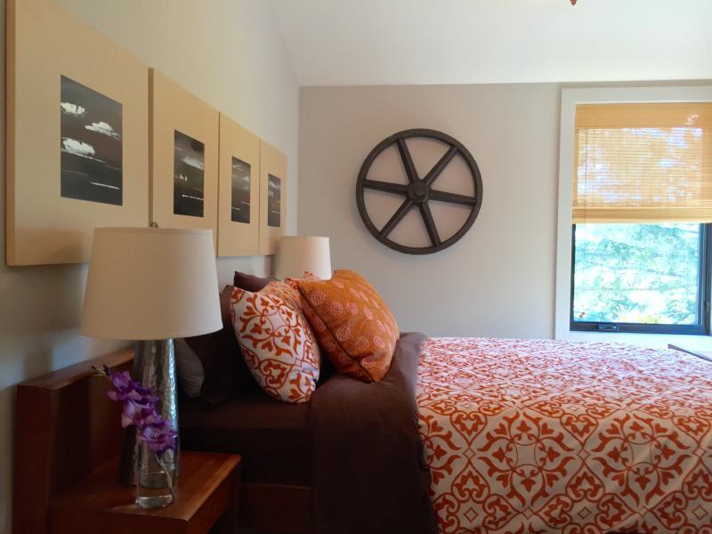 Camera per gli ospiti con letto matrimoniale e con bagno privato.
