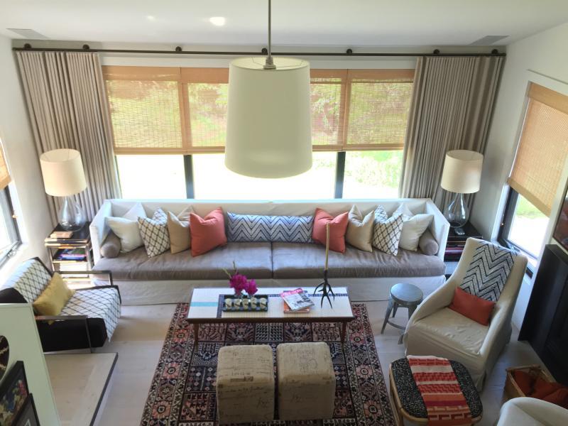 Grande sala con camino. divano può ospitare anche 2.