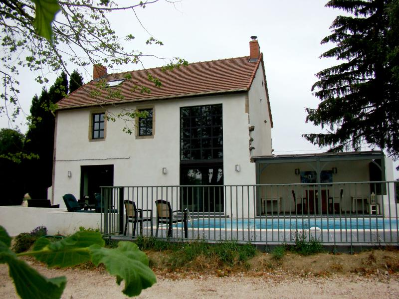 Charming villa with private pool & Wifi, holiday rental in Buxieres-sous-Montaigut