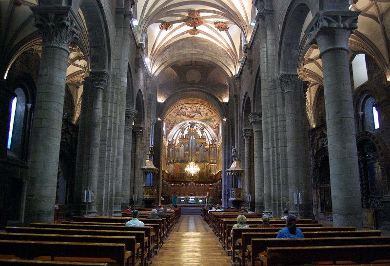 Majestuoso interior de la nave y columnas de la Catedral de San Pedro de Jaca.