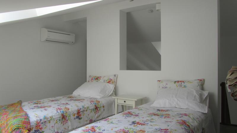 Estúdio laranja mezzanine with twin/double bed