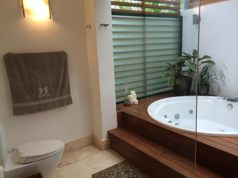 Main camera da letto bagno con vasca idromassaggio privata