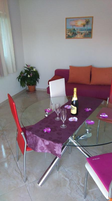 A5(2+2): dining room