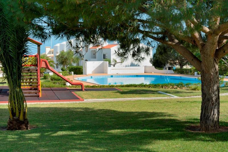 Brandy Brown Apartment, Armacao de Pera, Algarve, vacation rental in Armacao de Pera