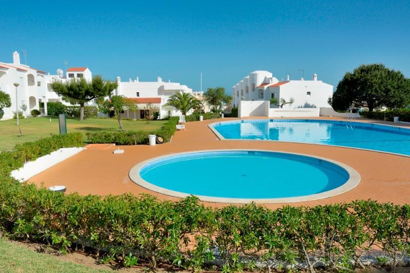 Brandy Yellow Apartment, Armacao de Pera, Algarve, vacation rental in Armacao de Pera