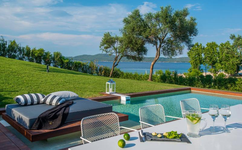 Presidential Villa with Private Pool, holiday rental in Ouranoupoli