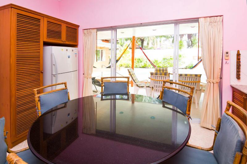 Mesa cocina con 6 sillas y alacena con frigorífico grande y congelador