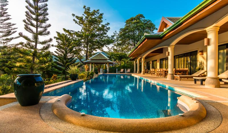 MOUNTAIN VIEW VILLAS 6 Bedroom sleeps16 near Beach, location de vacances à Phuket