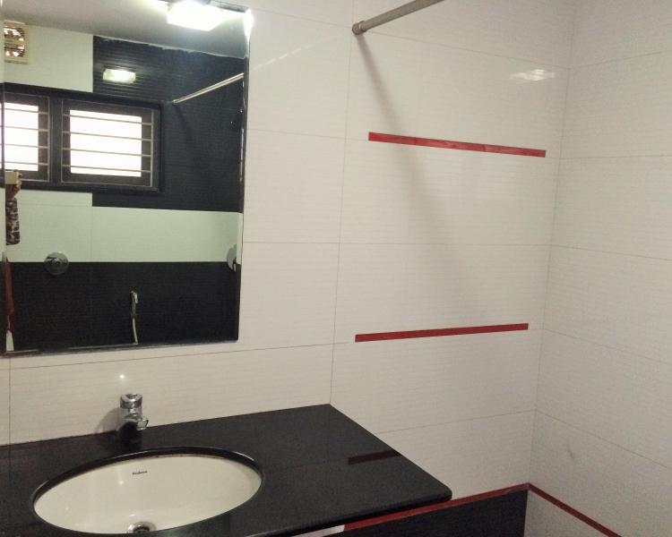 Clean and large bath with 24 hrs hot & cold water, separated/curtained shower area